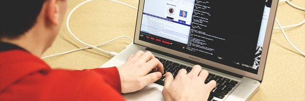 php-in-der-webentwicklung-zwei-monitore